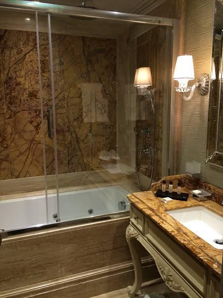 Облицовка ванной комнаты мрамором фото 1 — изелия и проекты от Bevers Marmyr
