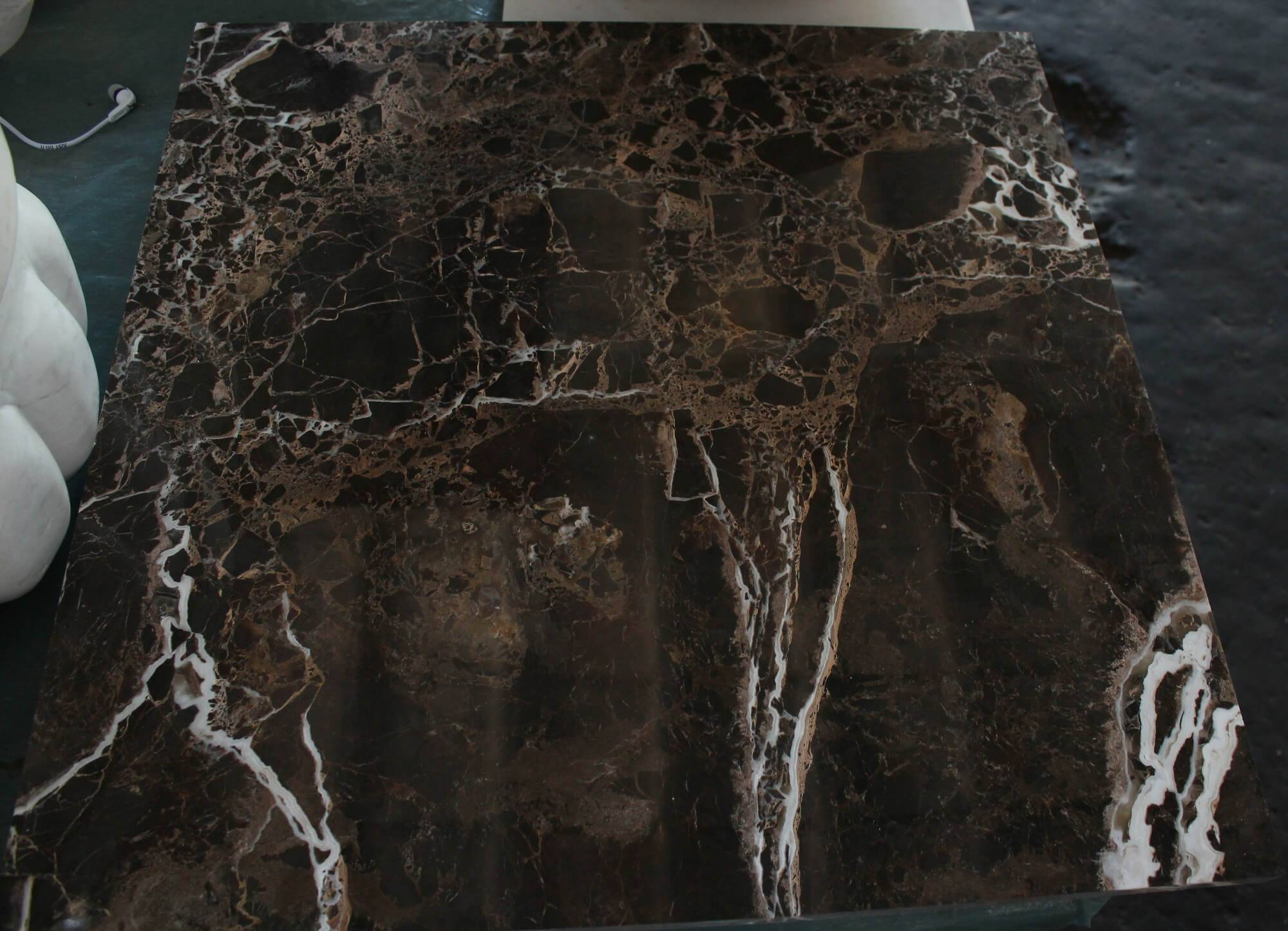 Мраморная плитка Emperador Gold фото 1 — изелия и проекты от Bevers Marmyr