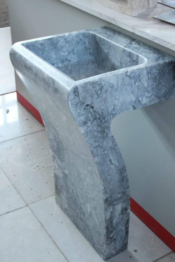 Умывальник из цельного блока мрамора Tiger Skin фото 2 — изелия и проекты от Bevers Marmyr