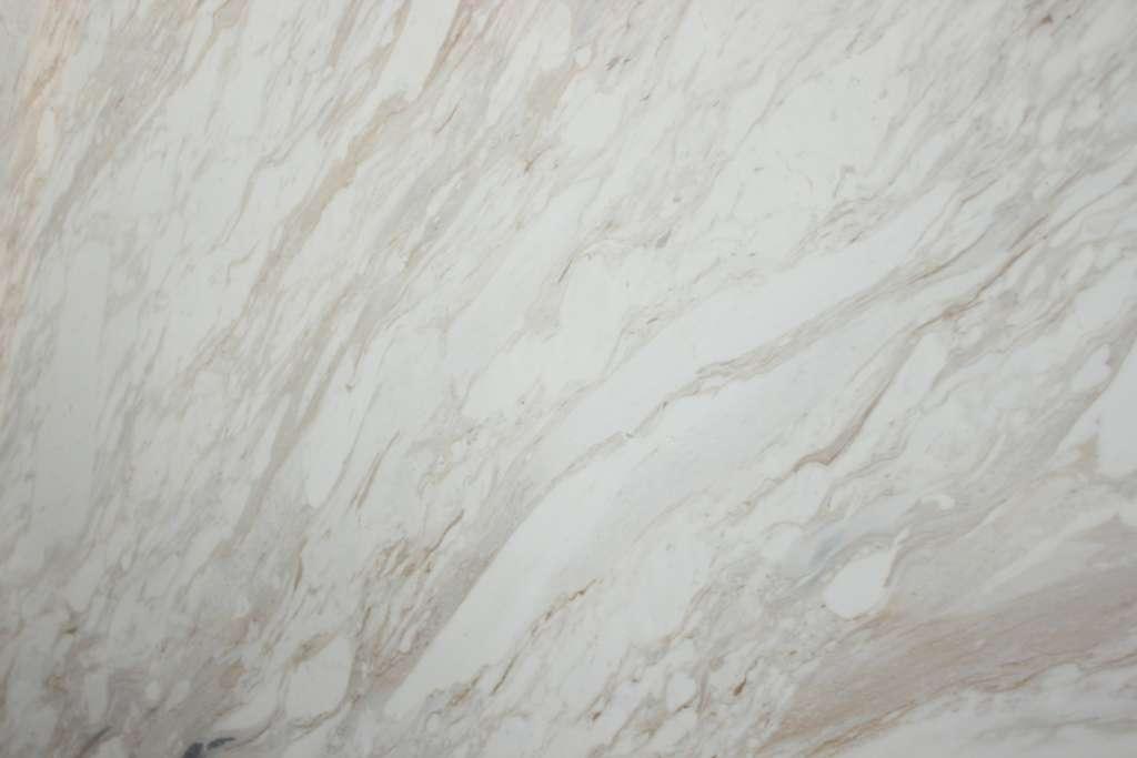 Бело-серый мрамор Volokas Gold с серебристыми и золотистыми прожилками