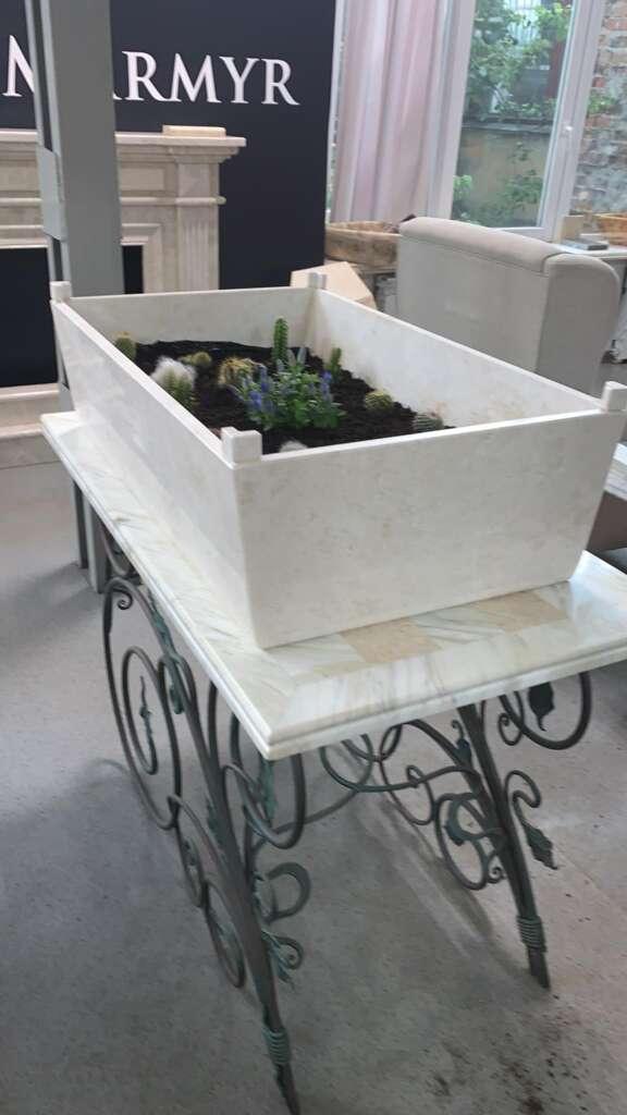 Ящик для квітів з мармуру