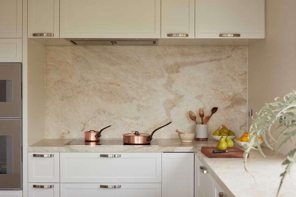 Бежевый мрамор на кухне