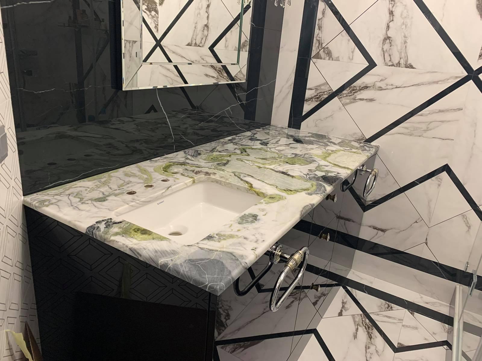 Стільниця у ванну кімнату з мармуру Ocean Green фото 1 — изелия и проекты от Bevers Marmyr